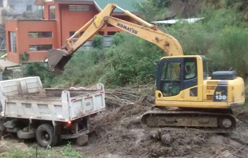 12 Excavadora PC 130 cargando camion